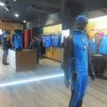 Interior de la tienda OS2O, con ¨Hans¨ en primer plano