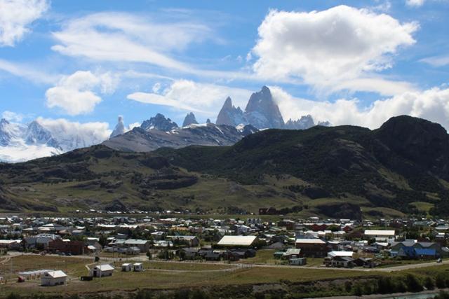 El Chaltén con el Macizo del Fit Roy y el Cerro Torre al fondo