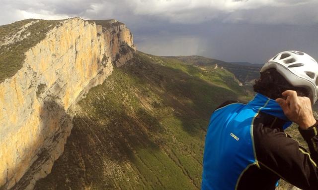 En la cima de Aragón soplando aire, qué mejor que la HOKA pullover.
